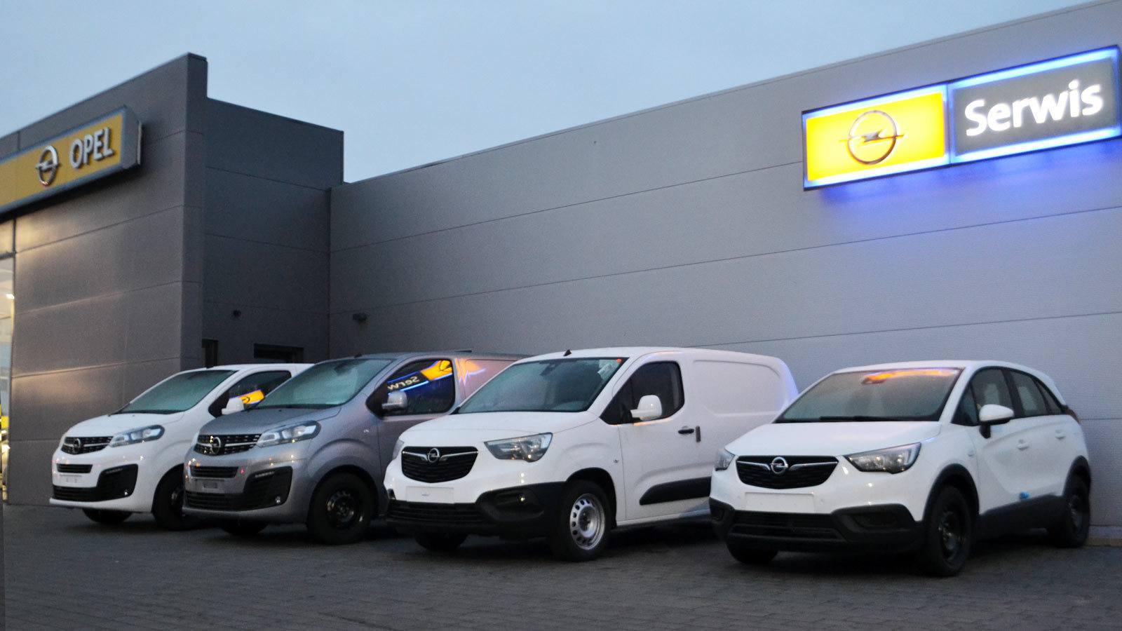 Stacja ASO Opel Piotrków Trybunalski, samochody nowe, wieczór, szyld BSP