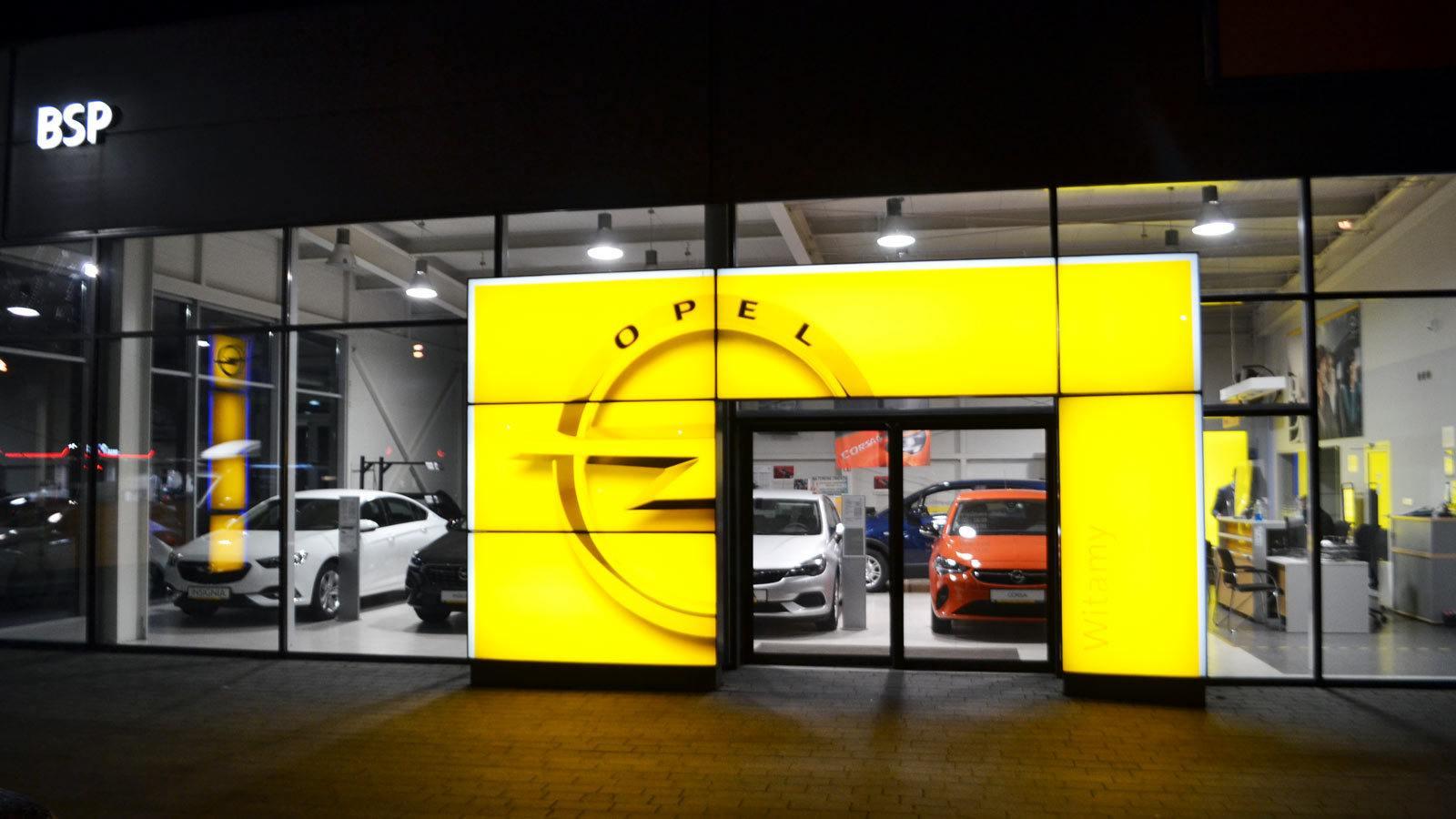 Nowoczesny salon Opla 2021 2022, noc, gama samochodów