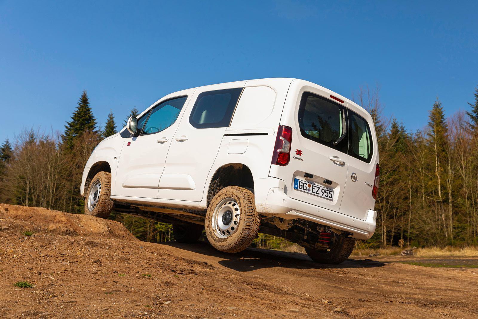 Opel Combo Cargo 4x4, koło tylne w powietrzu