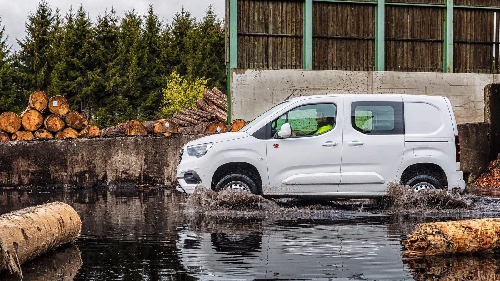 Opel Combo 4WD w wodzie, głęboka kałuża
