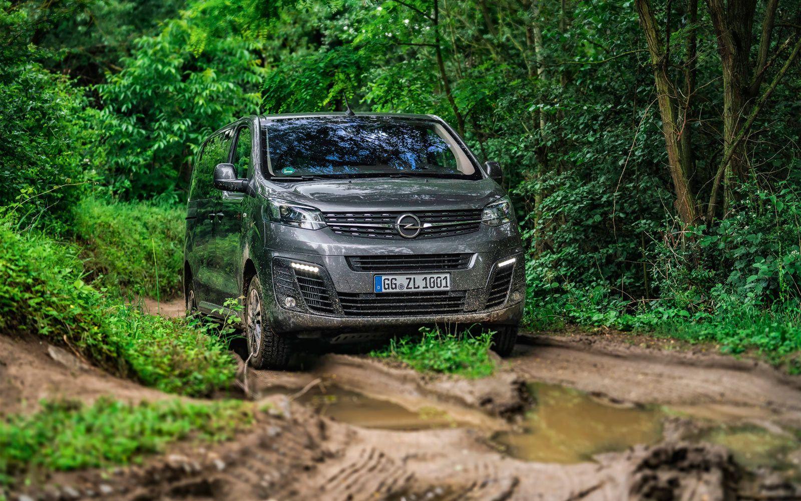 Opel Zafira Life 4x4, błoto, leśna droga
