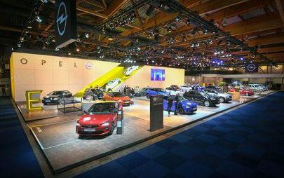 Dyrektor generalny Michael Lohscheller otwiera stoisko firmy Opel na Salonie Motoryzacyjnym w Brukseli